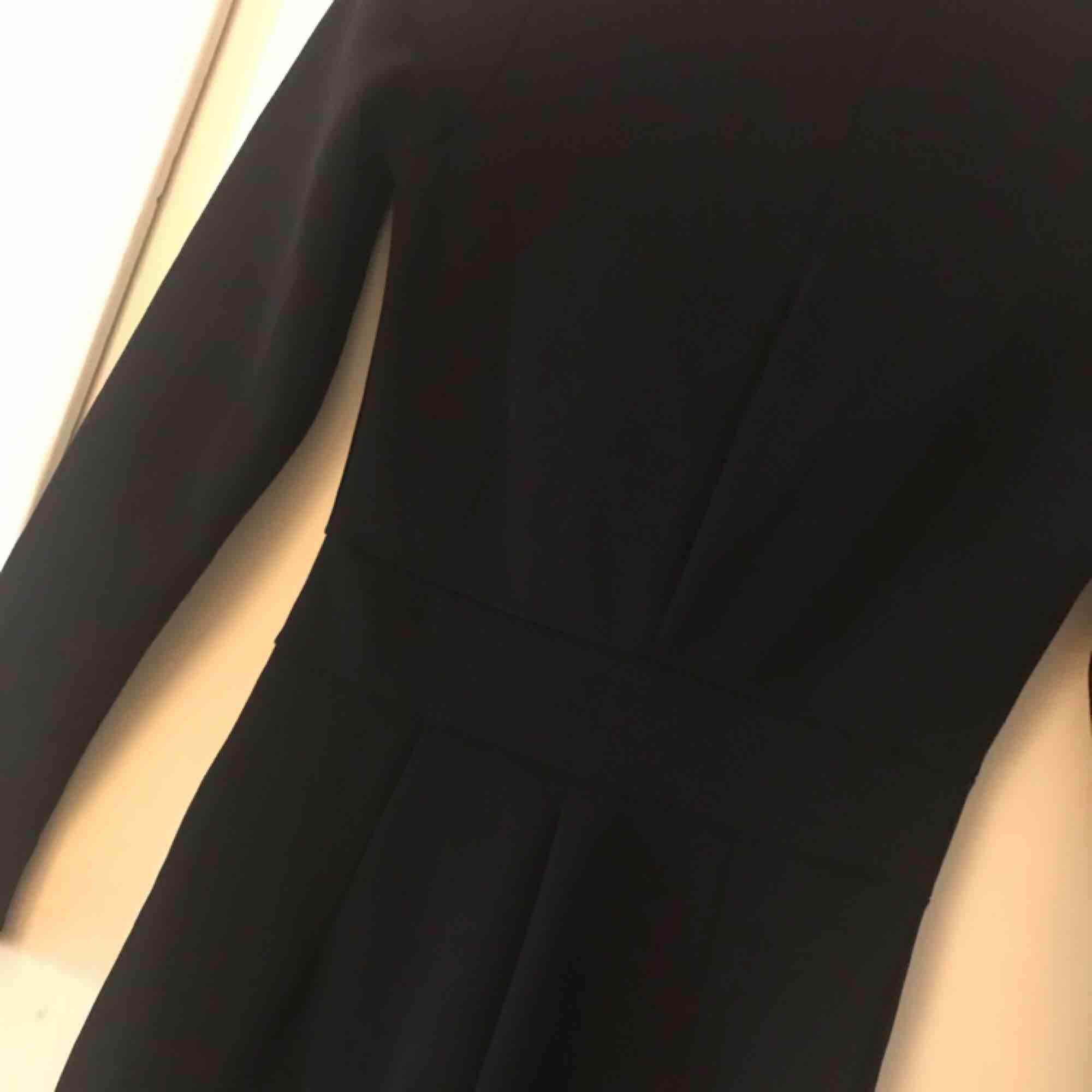 finns på andra sidor! ny jumpsuit ifrån nelly i kostymaktigt material, finns en ditsydd tråd vid bysten men går enkelt att tas bort 😊 fraktas . Kostymer.