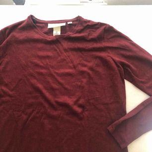 Vinröd stickad tröja från HM. Helt oanvänd.