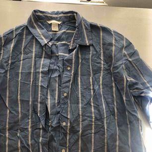 Blå/vitrandig skjorta från HM, oversized