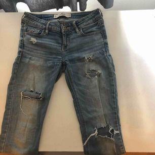 Blåa håliga jeans från Hollister