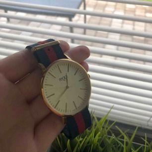 Fin klocka från regal i bra skick! Knappt använd, dock måste batteriet bytas ut. Pris kan diskuteras! Kan mötas i Uppsala annars står köparen för frakten❣️