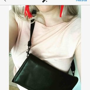 Skitsnygg skinnväska med justerbar rem. Kan användas tight eller löst.
