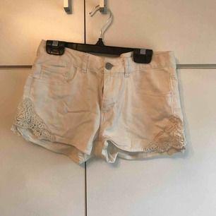 För små shorts för mig, storlek 152. Lite sliten på ena sidan men det går lätt att sy. 20 kr 💖 köparen står för frakt