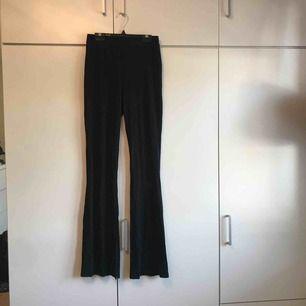 Sånna vida svarta byxor som är trendiga just nu.😝😝😝😝😝  Från Lager 157. Några små hål längs ner vid fötterna men det är inget man märker!! Köpare står för frakt