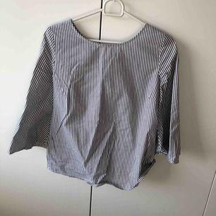 Blå vit randig skjorta från jeansbolaget! Aldrig använd nypris 299! Köparen står för frakt!