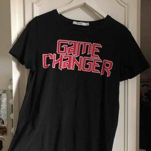 Supersnygg T-shirt från NA-KD med tryck!