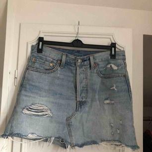 Supersnygg Jenas kjol från LEVIS! Inköpt förra året på Levis butiken, sparsamt använd!