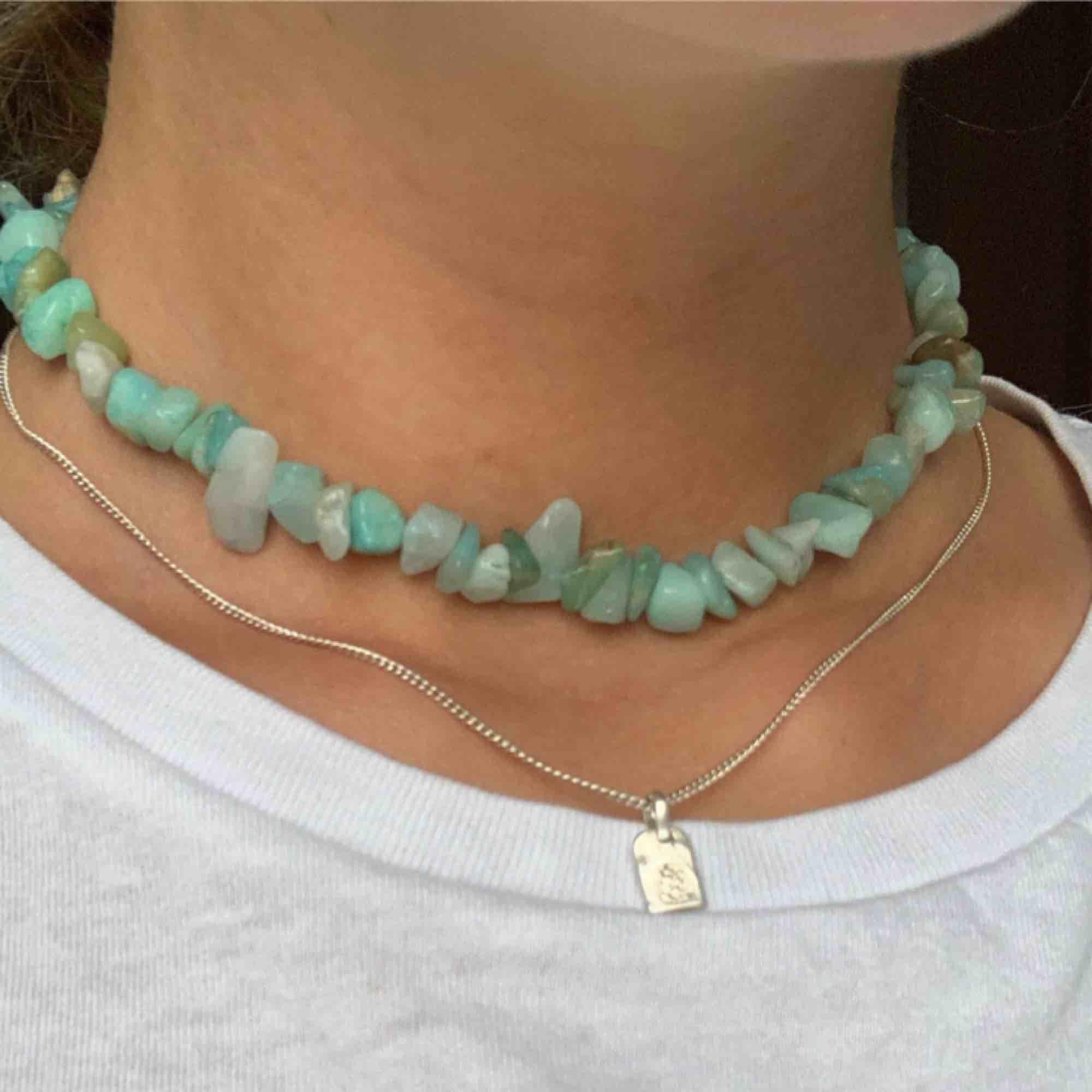 Halsband av amazonit stenar. Elastisk tråd. Frakt 10kr💘 Instagram: @byviolajewelry. Accessoarer.