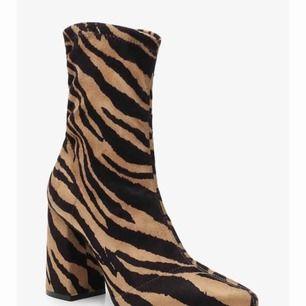 Tigrerad sock-boot. Aldrig använda.