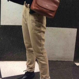 Säljer ett par retro Calvin Klein byxor som är köpta på beyond retro! Står inte vilken storlek dom är i men dom är för stora för mig som vanligen brukad ha ca stl 36 i byxor.  Köparen står för frakt eller så möts jag upp på söder 🍓