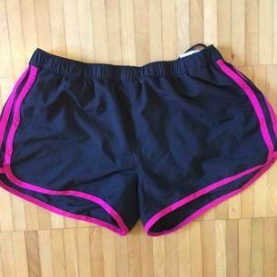 Shorts från Adidas i nyskick. Perfekta för gymmet eller löpturer!