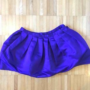Söt kjol från Topshop som jag köpte när de fortfarande fanns i Sverige (ca 10 år sedan). Den är dock i väldigt fint skick då jag endast använt den 2-3 gånger. Den sitter ganska högt i midjan och är ganska kort.