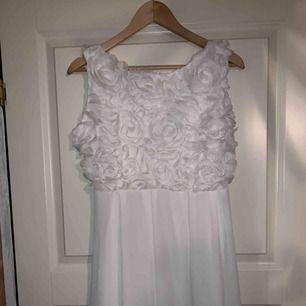 Vit klänning, använd en gång. Vita rosor på överdel