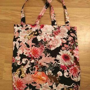 Påsväska/tygväska från Lindex, använt bara en gång. Härligt blommönster.