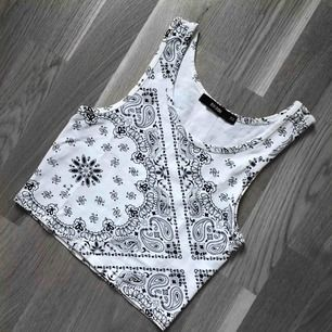 Detta bohemiska vita linnet i storlek XS är från Bik bok och är croppad. Du som köpare står för frakten på 36 kr ❤️