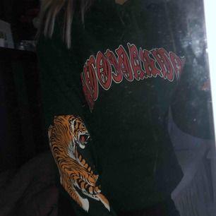 En grön hoodie med tryck, tigrar på båda ärmarna och riktigt skön inuti. Från h&m storlek S från herravdelningen! 60kr + frakt