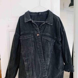 Jättefin svart jeansjacka från Monki, knappt använd 🖤