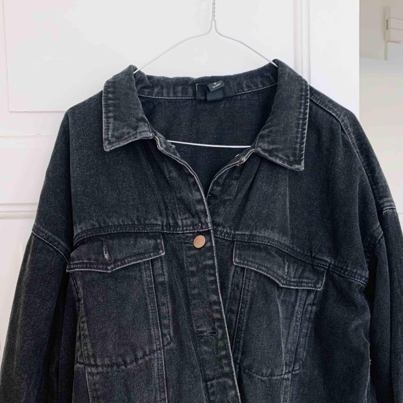 Jättefin svart jeansjacka från Monki, knappt använd 🖤. Jackor.