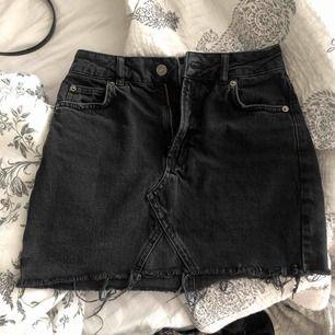 Svart jeanskjol från Topshop som är perfekt nu i sommar. Kan mötas upp i Lund annars tillkommer frakt.