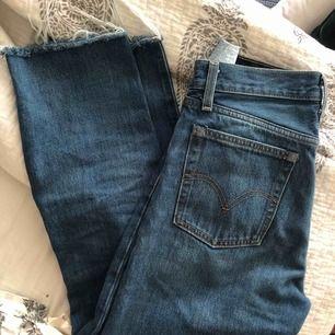 """Blå jeans från Levi's. avklippta ben vilket gör det svårt att skriva ut längden på jeansen. tanke är att de ska vara en lite kortare modell i längden.Högmidjade, Modellen """"Wedgie straight"""" Använda fåtal gånger så i väldigt bra skick"""