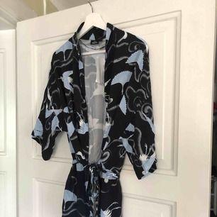 Jättefin kimono/blus med band i midjan och lite utsvängda armar från Kappahl. Prislappen sitter kvar, aldrig använd. Storlek s
