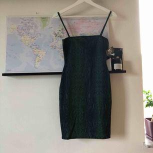 Tight klänning från Nelly, helt oanvänd! Säljer pga för liten. Stretch i tyget. 20 kr frakt tillkommer, men kan mötas upp i Norrköping ⚡️
