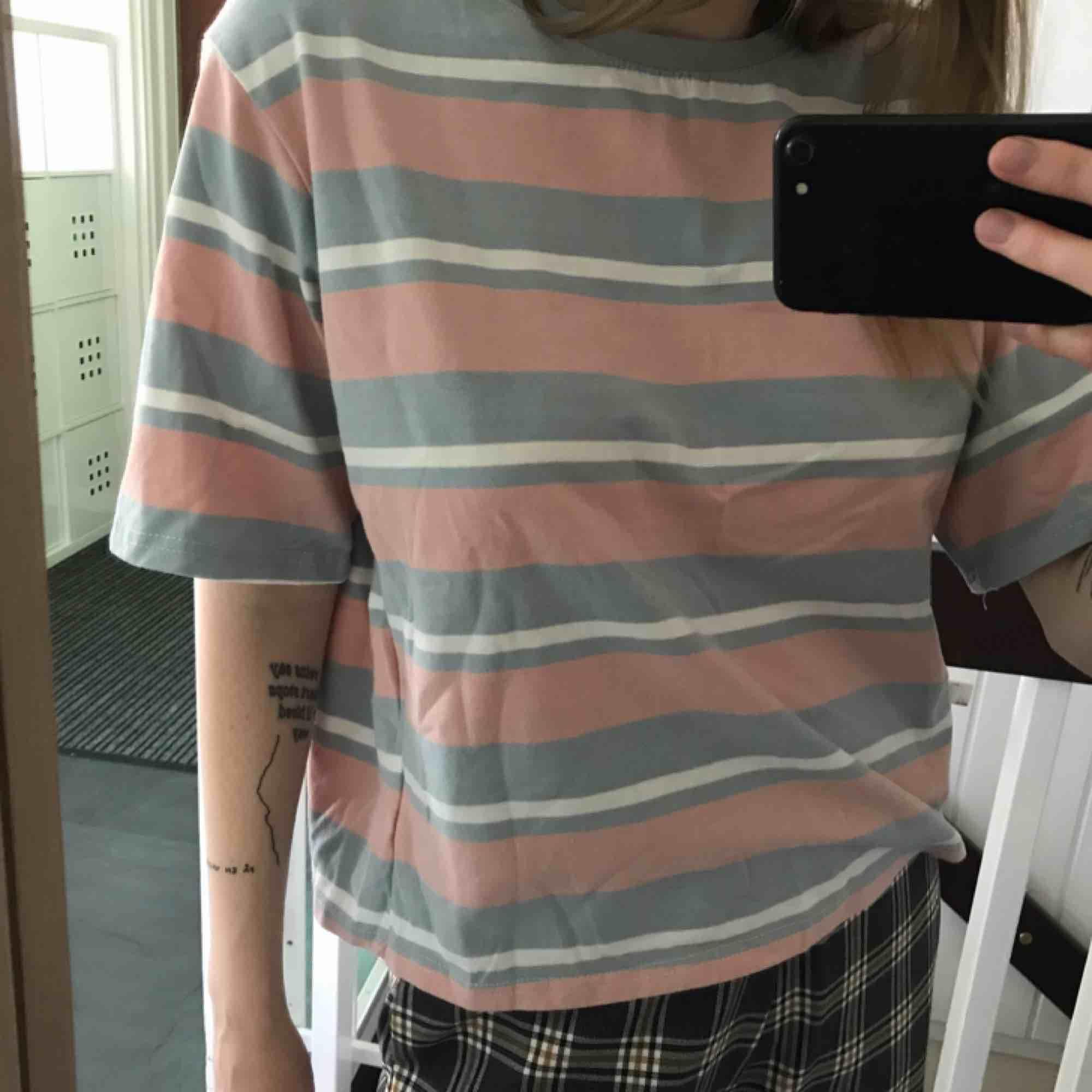 Knappt använd t-shirt! Frakt ingår i priset!. T-shirts.