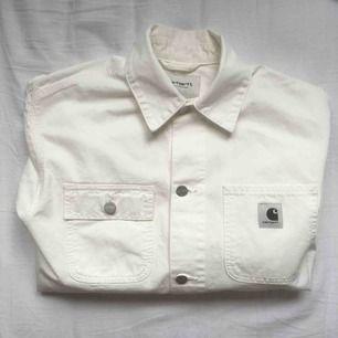 Vit jeansjacka från Carhartt WIP, aldrig använd. Storlek M. Fri frakt.