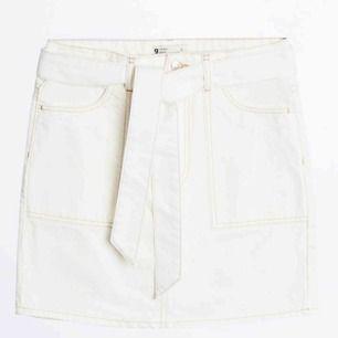 Vit jeans kjol med bruna sömmar från Gina, helt ny råkade köpa fel storlek och kunde ej lämna tbx Köparen står för frakt