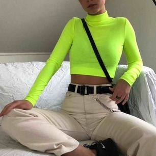 Limegrön polotröja från H&M, använd ca 2 ggr, säljer pga inte min stil längre Köparen står för frakt