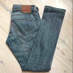Tighta snygga blå Levi's-jeans. Låg midja och smal passform. Modell 493 skinny fit i 25/32👍