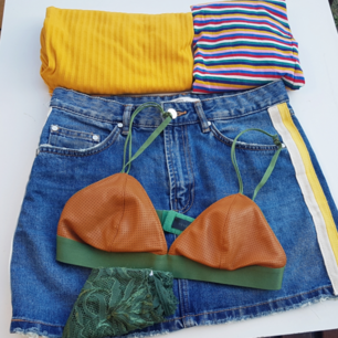 Gul ribbad halvpolo tröja från H&M (S) + en randig från Monki (XS) + jeanskjol från Zara (36) + bralette från märket Love Stories, nypris 499 kr + spetstrosor (S). Frakt tillkommer på 55 kr 💓
