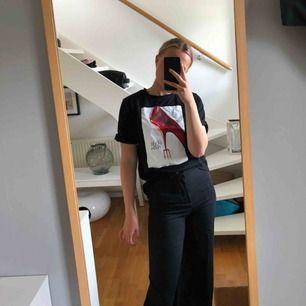 "Svart t-shirt med ""The devil wears Prada""-tryck från stradivarius. Storlek XS❤️❤️"