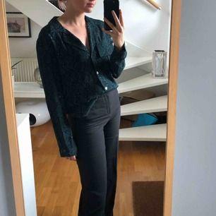 Mörkgrön blus/skjorta med snakeprint från Zara. Använd få ggr. Storlek XS/S💚💚