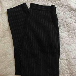 Kostymbyxor som ej sitter tight, lite lösare passform. Vintage style & storlek XS
