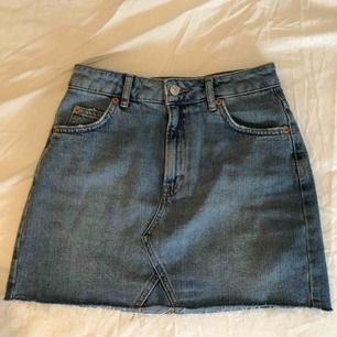 Fin jeanskjol - sitter bra på - perfekt till sommarn - från topshop nypris €49