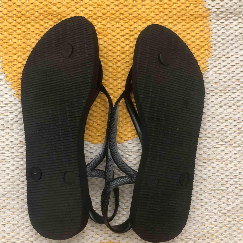 Helt nya Havaianas från Brasilien. Storlek 35/36. Säljes för att mormor köpte fel storlek. Frakt ingår. . Skor.