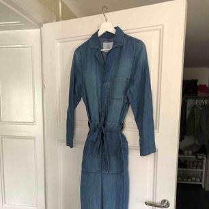 Jumpsuit/boilersuit(?) från H&M som var ett impulsköp och den har inte blivit använd. Storlek 36 och lappen sitter kvar.