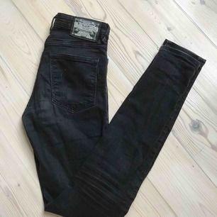 Snygga tajta jeans från Crocker. Storlek 25/32 i modell pow high. Smala jeans👍
