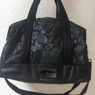 Stella McCartney för Adidas väska med plats för yogamatta. Aldrig använd. Så precis som ny!   Kan skickas