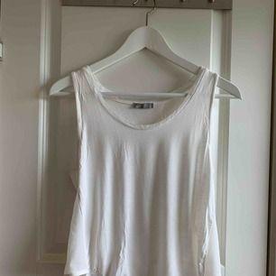 Linne från Zara, sparsamt använt så säljes i fint skick. Transparenta sidor, något kortare i modellen. Frakt 36kr tillkommer, kolla gärna in mina andra plagg- jag samfraktar gärna! 🌟