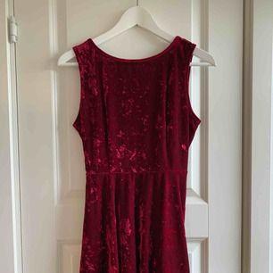 Sammetsröd klänning från Forever21. Skatermodell. Väldigt omtyckt men används tyvärr alldeles för lite av mig! Bara använd ca 1 gång så i mycket fint skick. Frakt 36kr tillkommer, kolla gärna in mina andra plagg- jag samfraktar gärna! 🌟