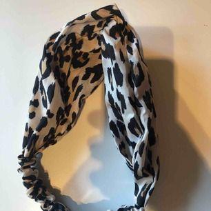 Helt nytt hårband/bandana från glitter. Aldrig använd, nypris 99kr.   Köparen står för frakt på 9kr :)