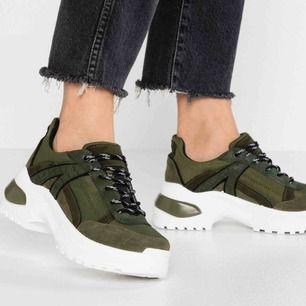 Chunky sneakers från Topshop💚 Storlek 39. Sparsamt använda men fått sig några defekter som syns på bilderna. Frakt 63kr💌