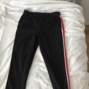 Knappt använda kostymbyxor från Zara med streck på sidan
