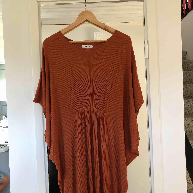 Ribbad långklänning i roströd från NA-KD. Hur skön som helst och använd fåtal ggr. I mycket fint skick. 50:- i frakt tillkommer om ej upphämtning. . Klänningar.