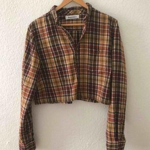 Fin croppad skjorta från Beyond Retro! Snygg som jacka eller skjorta. Sparsamt använd. Frakt ingår.