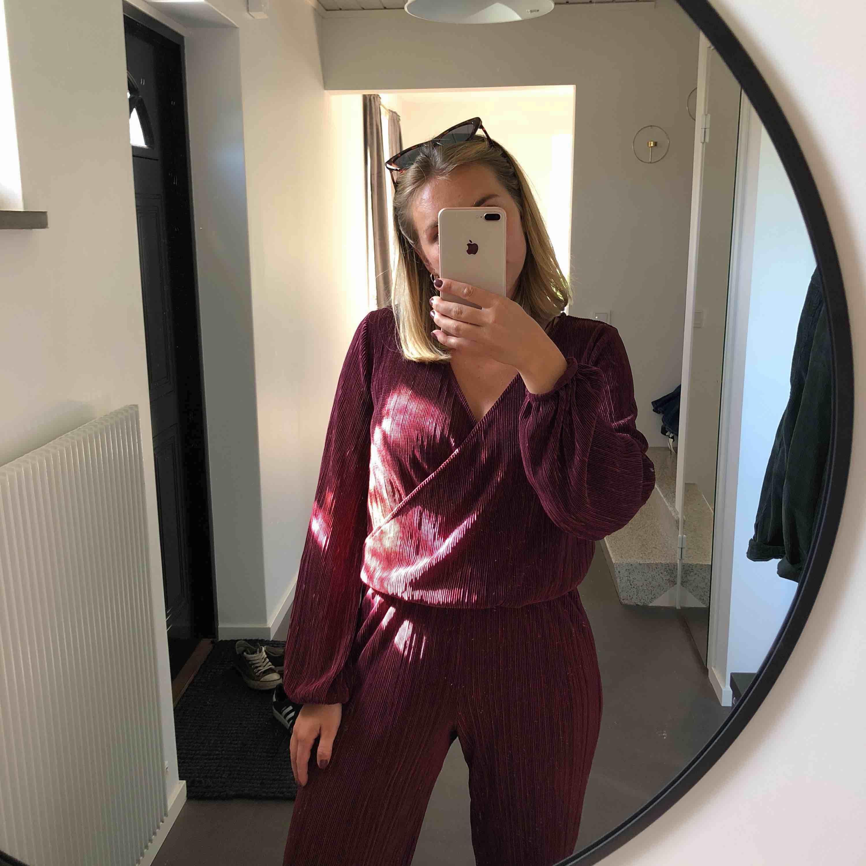 Underbart set från Gina tricot inkluderat blus och vida byxor.  Superfint att använda var för sig också! Byxor i storlek XS och blus i storlek S. Båda delar i mycket fint skick! Frakt tillkommer. . Övrigt.