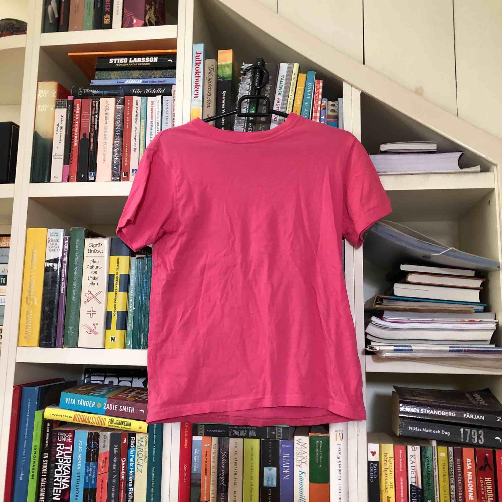 Tröja i bra skick från okänt märke. . T-shirts.