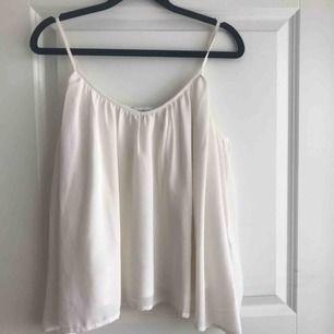Ett vitt linne som sitter löst på kroppen. Har ett innetyg i silke och sen ett tyg över i en form av spets. Säljer pga att det inte kommer till användning.  Säljer det för 40kr + frakt och betalning sker via swish